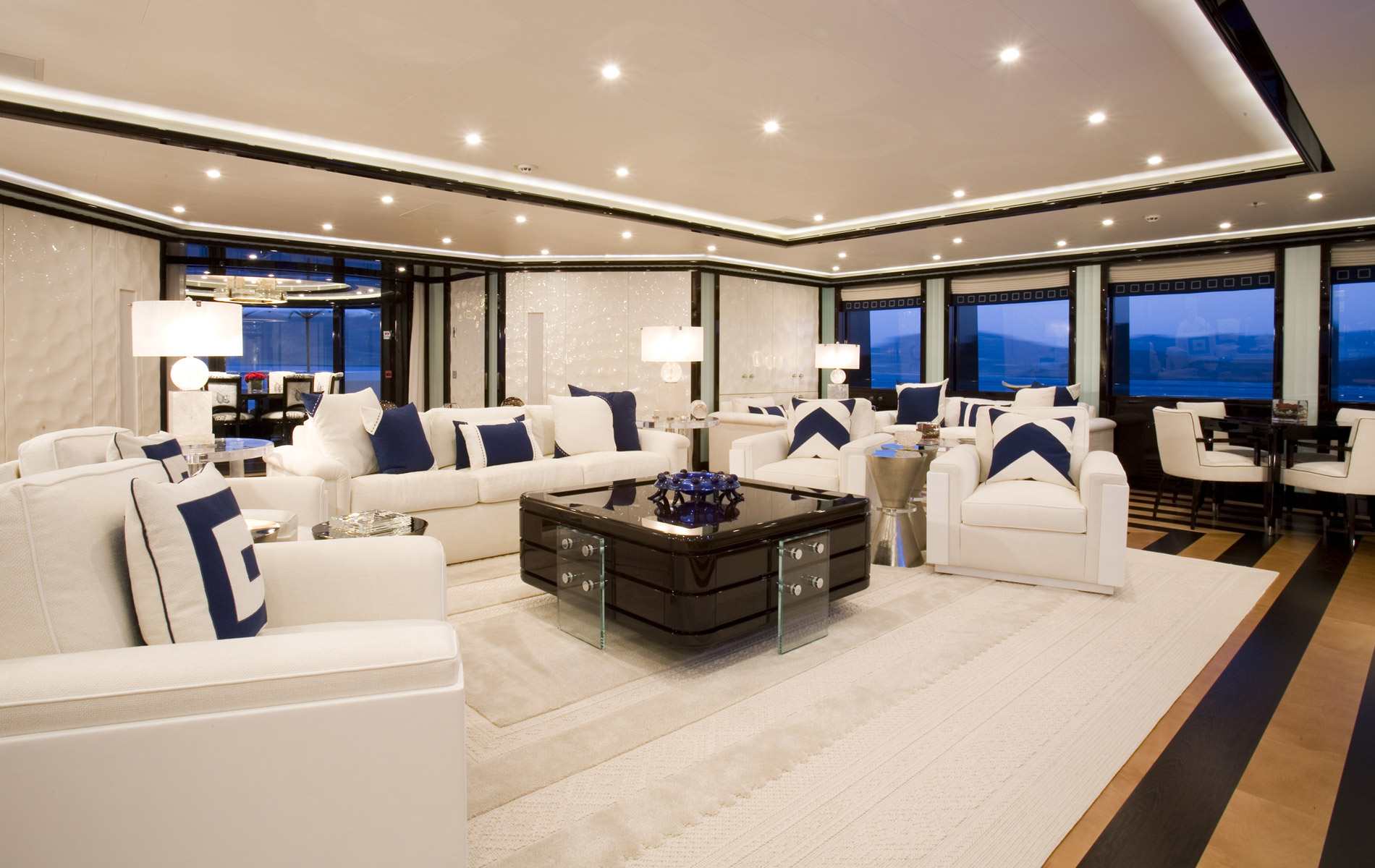 Get inside this luxury yachts with gorgeous interiors for Arredamento yacht